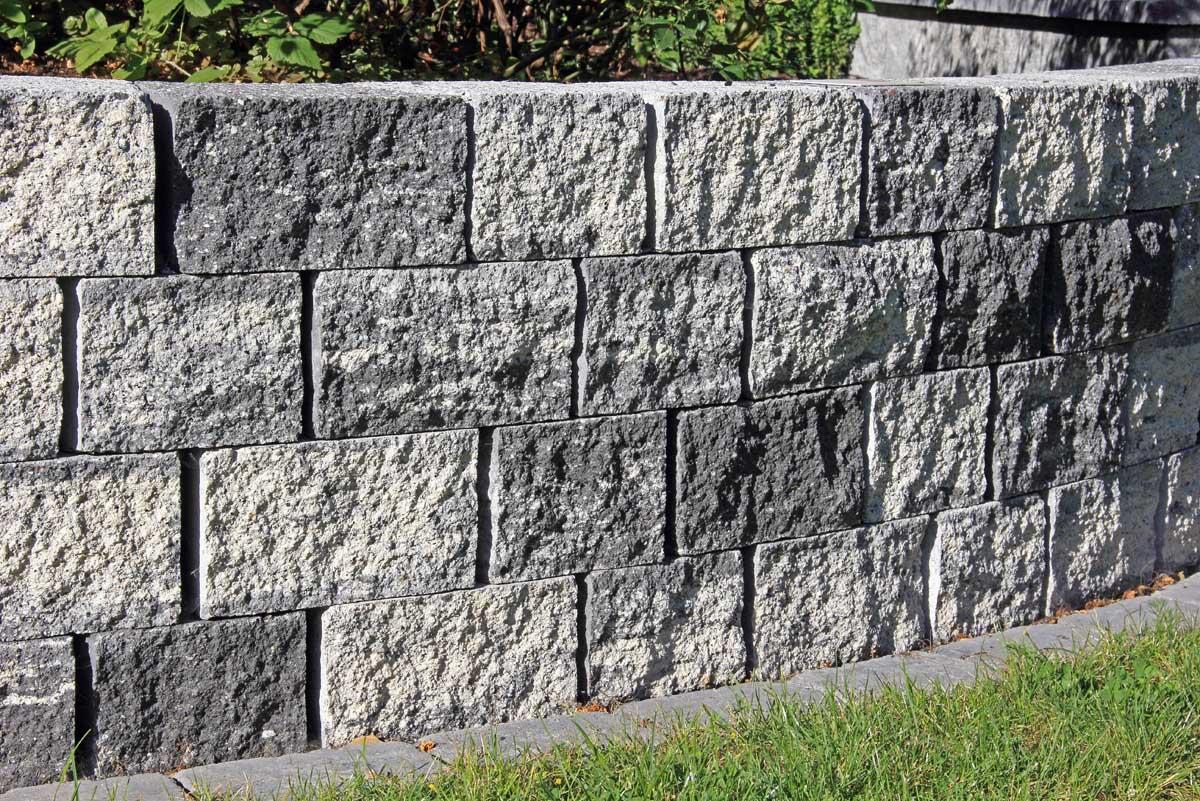 Mauer mit Natursteinoptik