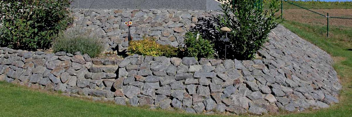 Böschungsbefestigung aus Natursteinen